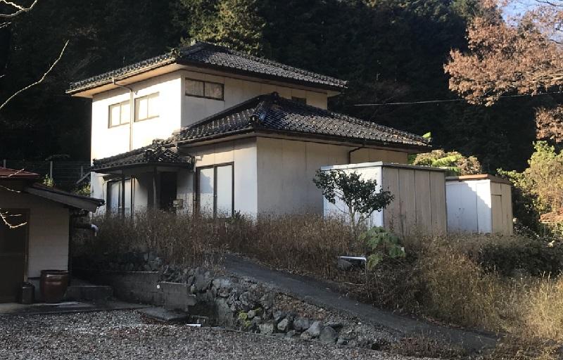 山に囲まれたのどかな一軒家