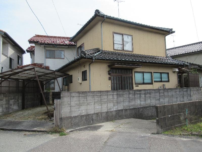 街中の商業地の近くにある住宅街の中の一軒家