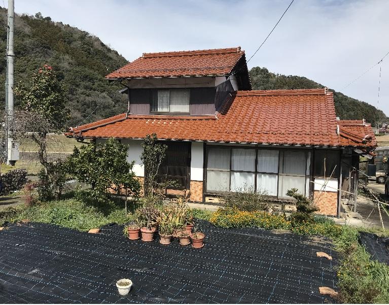 山あいの集落にある一軒家