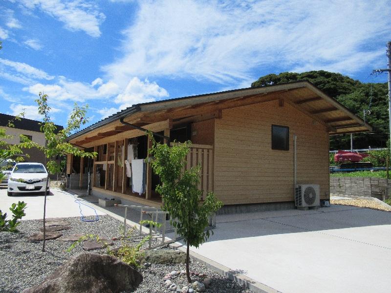 広々とした敷地に建つ杉材の平屋