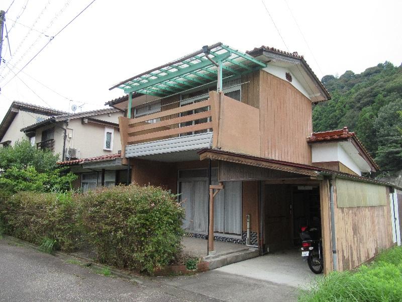 バルコニーが印象的な2階建ての一軒家