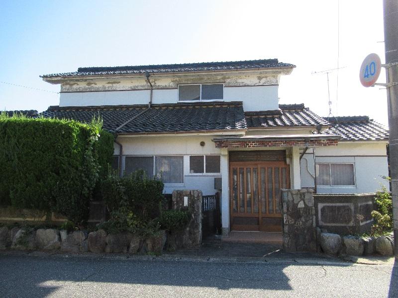 海辺の住宅地にある二階建ての一軒家