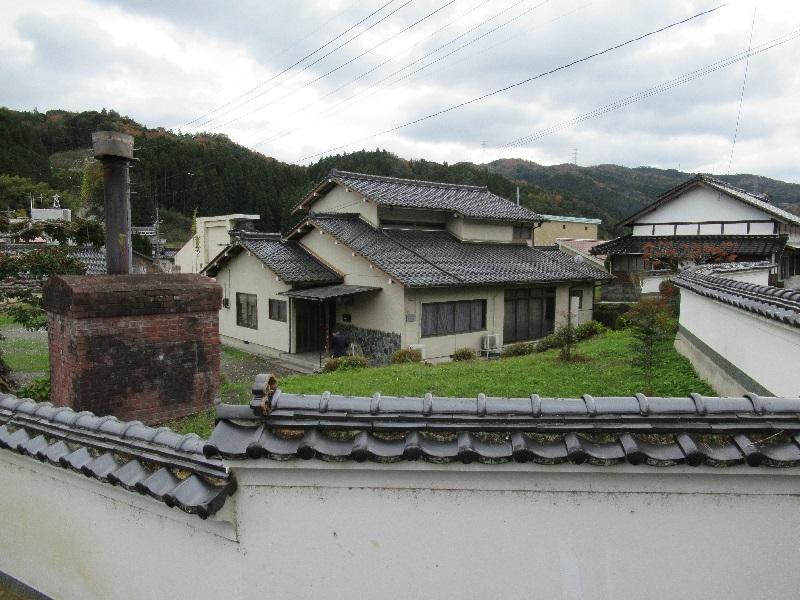 山に囲まれた住宅街にある二階建ての一軒家