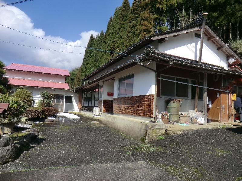眺めのいい山あいにある平屋建ての一軒家