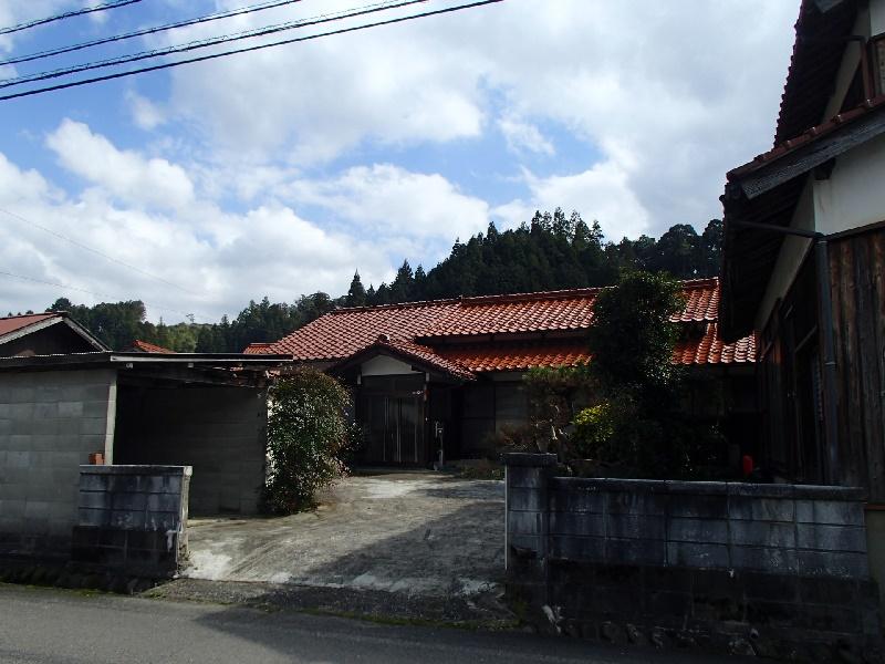 山に囲まれた集落にある一軒家