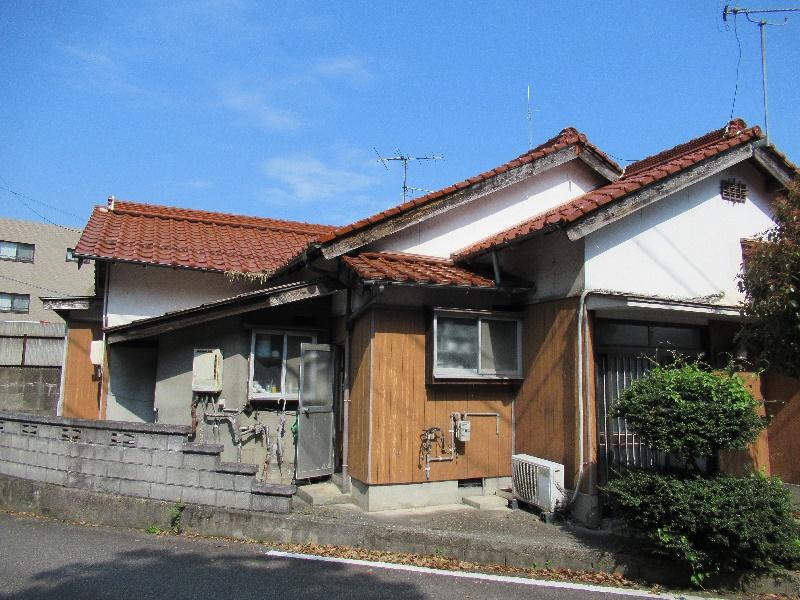 文化施設の近くにある平屋建ての一軒家