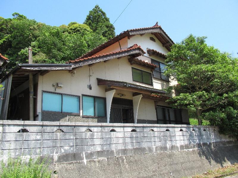 田畑が広がる場所にある二階建ての一軒家