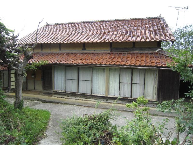 田畑に囲まれた土間のある平屋建ての一軒家