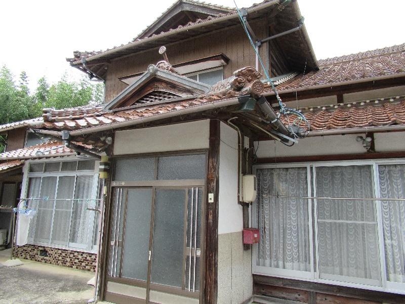 家族向きの二階建ての一軒家