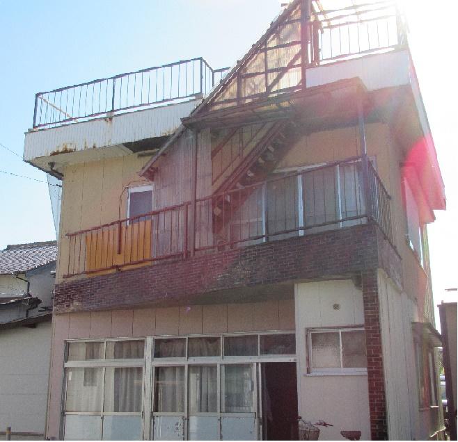 町中の便利のいい場所にある二階建ての一軒家