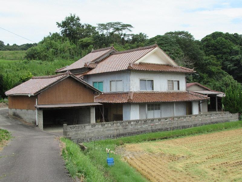 田畑に囲まれたのどかな場所にある二階建て一軒家