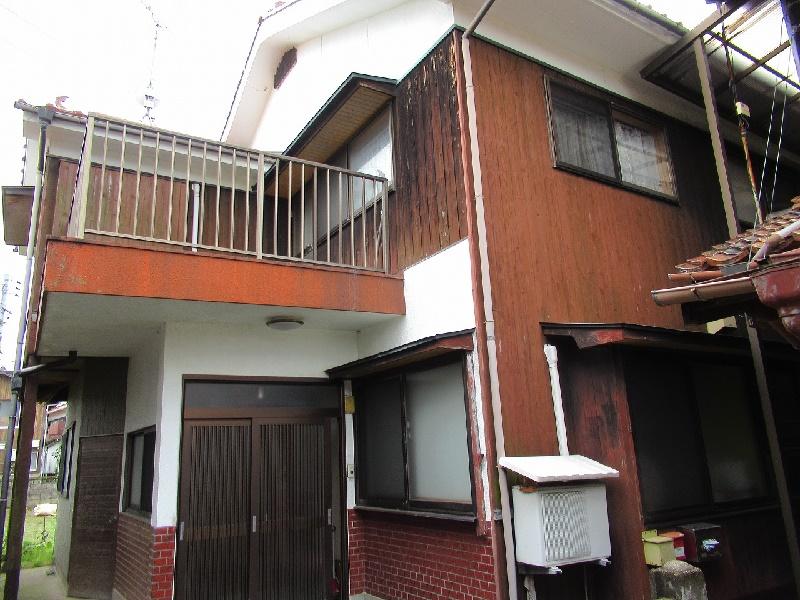 住宅街の中にある二階建ての一軒家