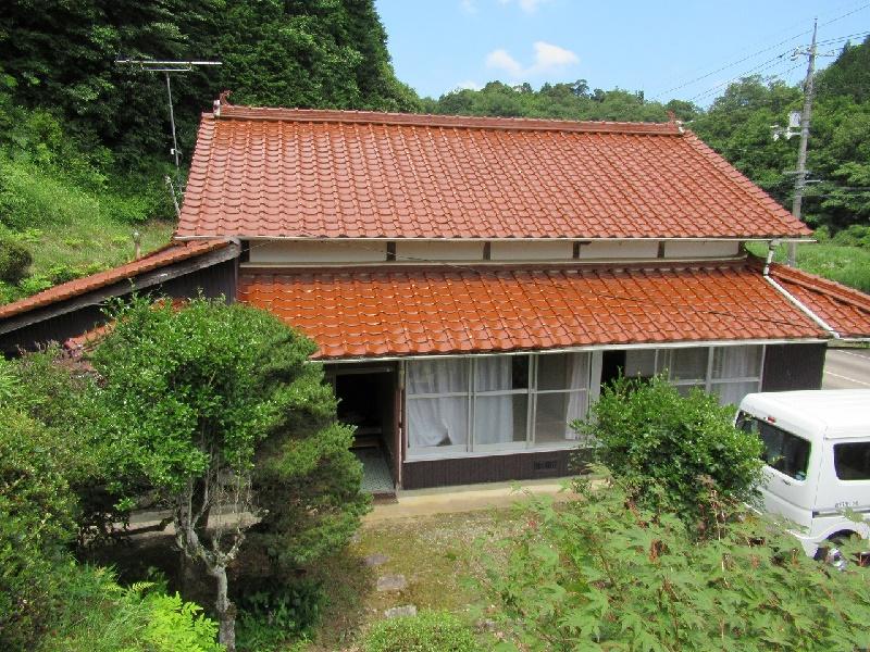 田畑が広がる山間にある平屋建ての一軒家
