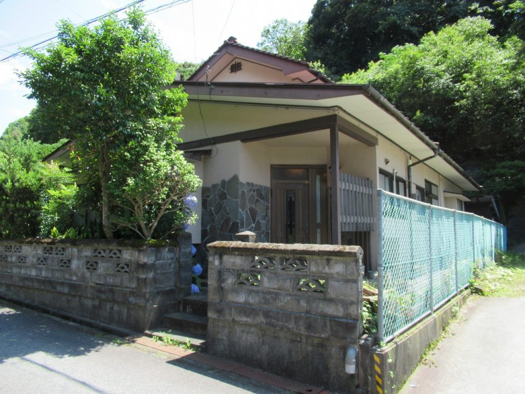 町中の住宅街にある二階建ての一軒家