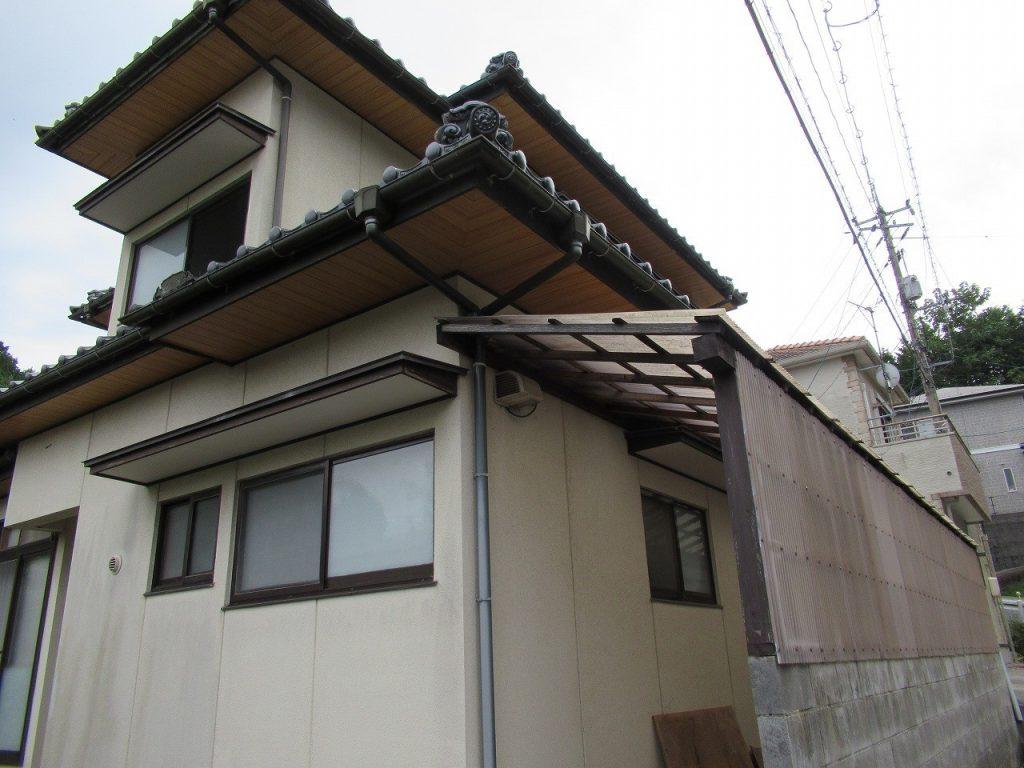 市の中心住宅街にある二階建ての一軒家
